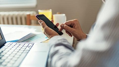 En person sitter på mobilen sin.