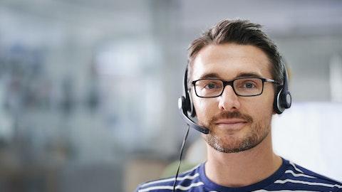 En mann fra kundeservice smiler mot kameraet.