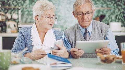 Et eldre ektepar spiser kaker mens de kikker på personvernserklæringen vår.