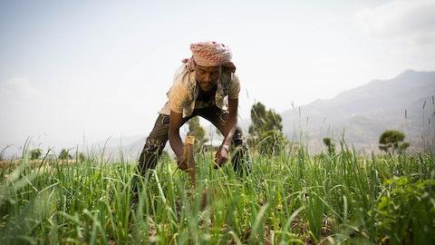 Mann på en åker i Etiopia.