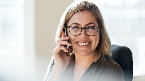 Veldig glad kvinne som snakker i telefonen.