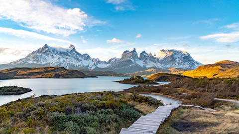 Vakker natur ved vann og fjell.