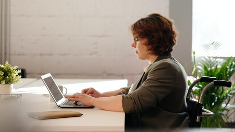 Kvinne som bruker en laptop.