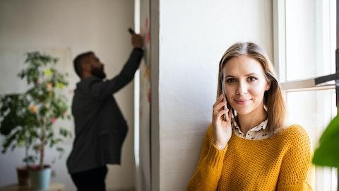 Ung kvinne som snakker i telefonen.