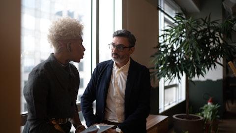 To menn diskuterer.