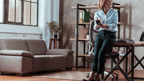 Kvinne på kontor som drikker kaffe.
