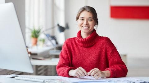 Kvinne i rød genser på kontoret.