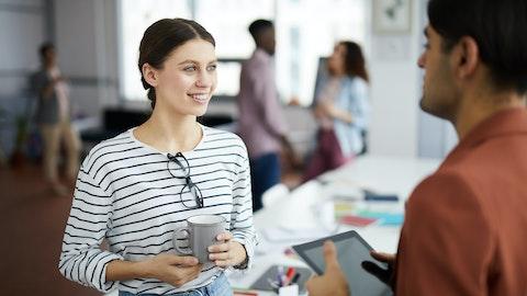 Glad kvinne som får lønnvekst av arbeidsgiver.