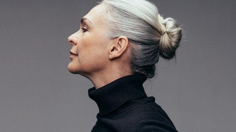 Eldre gråhåret kvinne i profil.