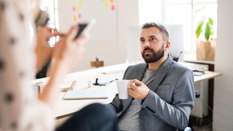 Samtale mellom mann og kvinne om arbeidstider.