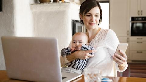 Mor i foreldrepermisjon med baby på fanget