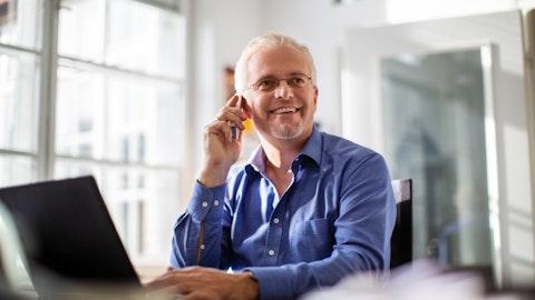 Eldre mann som snakker i telefonen.
