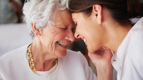 Eldre dame klemmer en yngre dame og smiler.