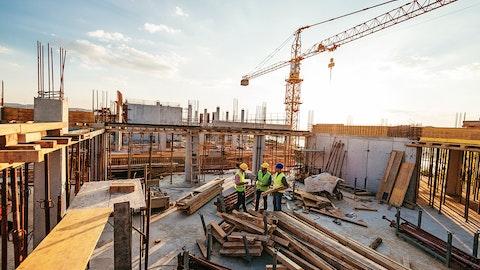 En byggeplass med noen anleggsarbeidere.