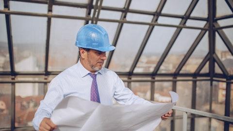 En mann som planlegger vedlikehold av terrasse.