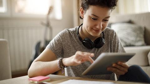 Jente som skriver på iPad.
