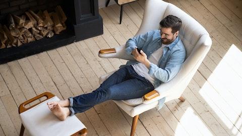 Mann som slapper av i godstolen i sitt nye hus