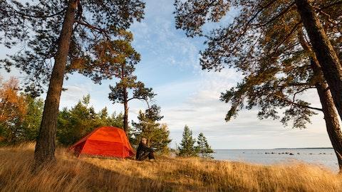 Rødt telt i skogen i fin natur.