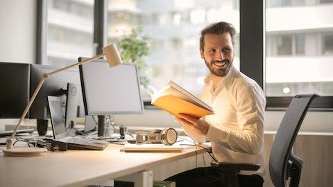 Mann som arbeider på kontoret.