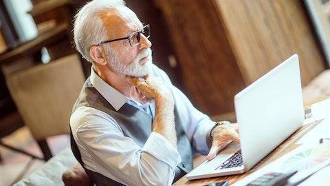 En eldre mann sitter foran en PC-skjerm.