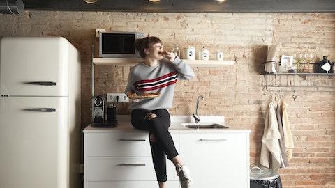 Kvinne som sitter på kjøkkenbenken.