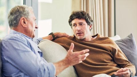 To menn som diskuterer i sofaen.