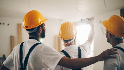 Tre anleggsarbeidere som samarbeider.