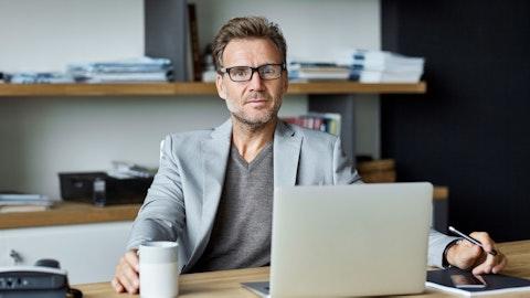 Mann som sitter foran en laptop.
