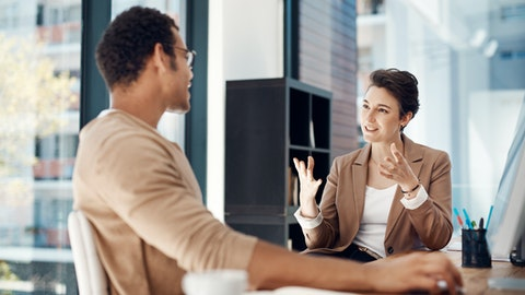 To personer som diskuterer sammen.