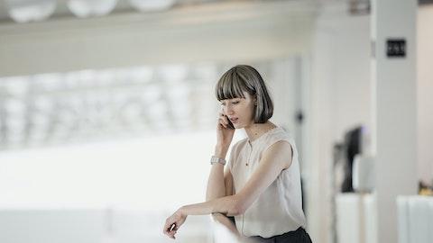 Kvinne som snakker i telefonen.