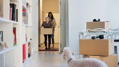 To som flytter inn i ny leilighet.