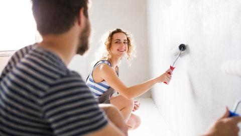 Et par som maler en vegg.