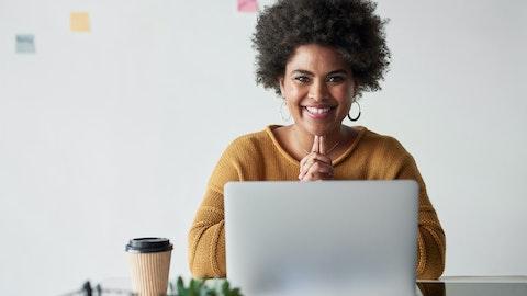 Glad kvinne som bruker en PC.