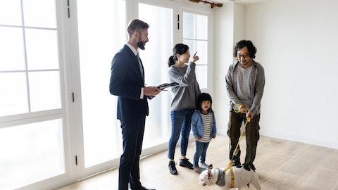 En familie som ser på bolig med eiendomsmekler.