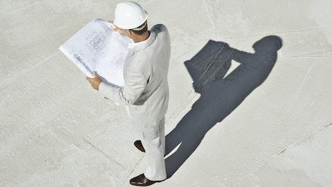 Mann som ser på tegning over prosjektert bolig