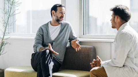 Pasient og lege diskuterer.