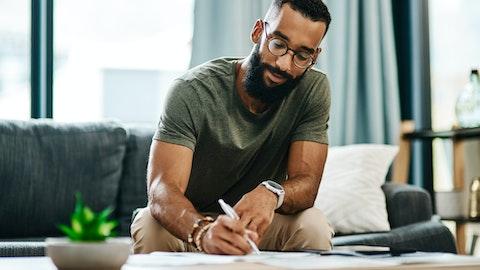 Mann signerer arbeidskontrakt
