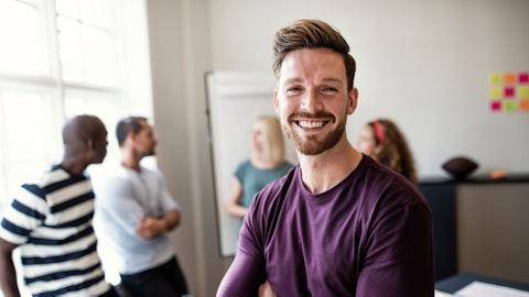 Smilende mann på kontoret