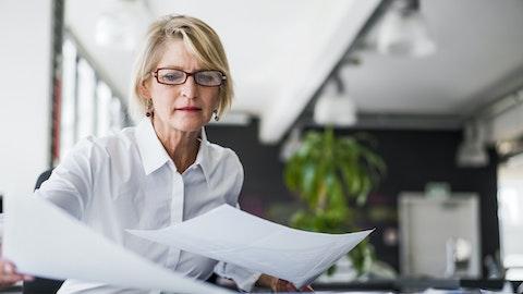 En forretningskvinne ser gjennom dokumenter.