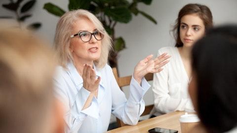 En forretningskvinne snakker i et møte.