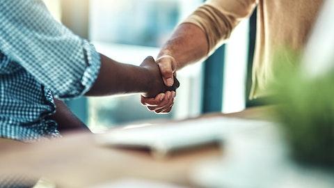 To personer tar hverandre i hånden.
