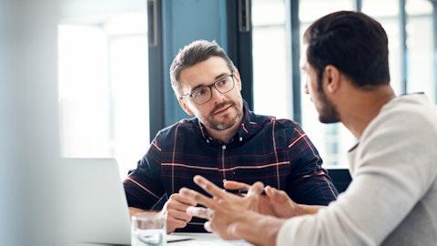 To menn har en alvorlig samtale på kontoret.