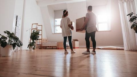 Et par bærer flyttebokser ved å flytte inn eller ut av en leilighet.