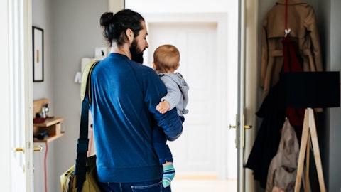 Far og barn er på vei ut av en leilighet.