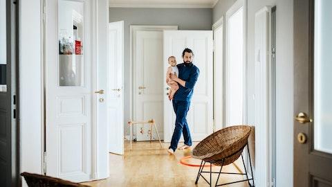 Pappa bærer på et barn i en leilighet.