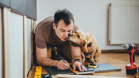 Mann og hund måler opp parkett .