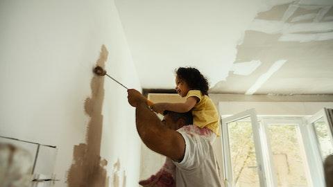 Pappa og barn maler veggen.