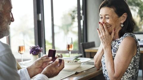En eldre mann frir til kjæresten sin.