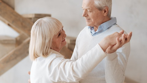 Et eldre ektepar danser med hverandre.