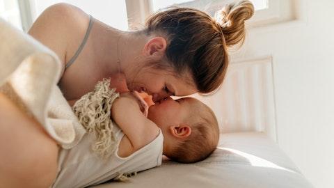 Barn kysser mor på nesen.